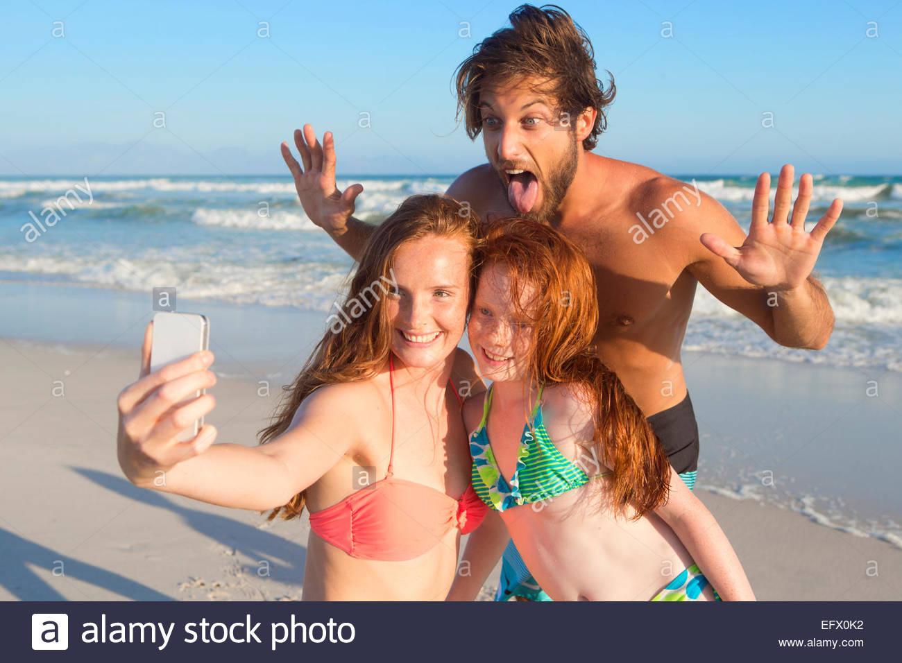 Portrait de famille heureuse, en tenant sur selfies sunny beach Banque D'Images