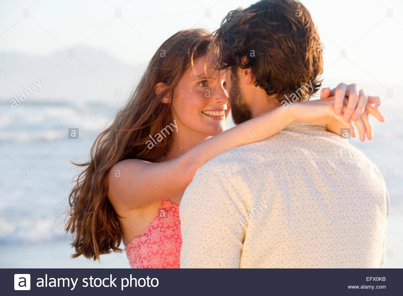 Couple romantique, à propos d'embrasser, on sunny beach Photo Stock