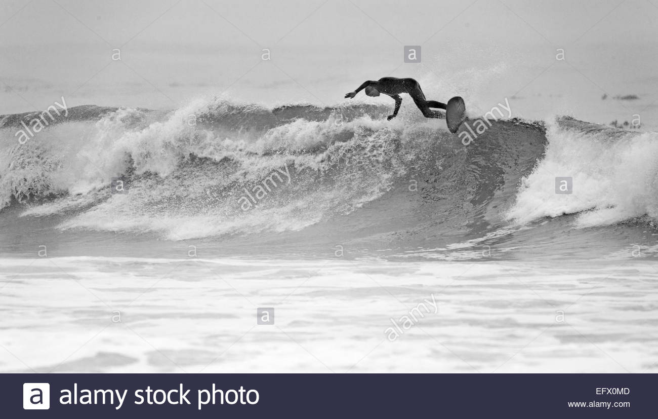 Conseil de surf surfeur sur vague d'équitation Photo Stock
