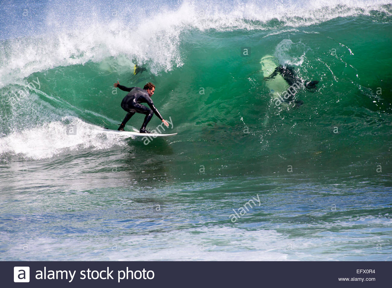 Surfer riding grosse vague Photo Stock