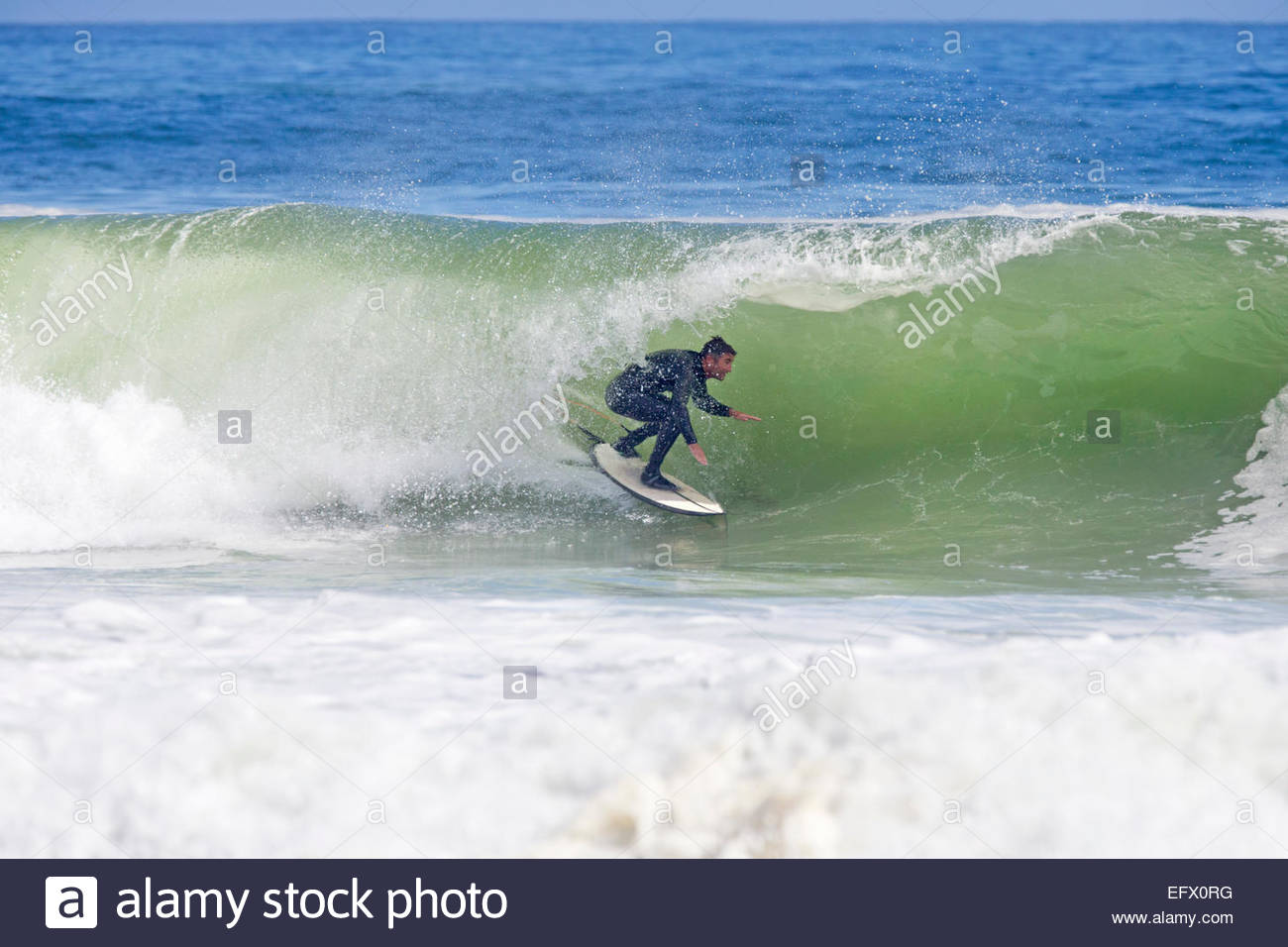 Circonscription Surfer la courbe de grande vague Photo Stock