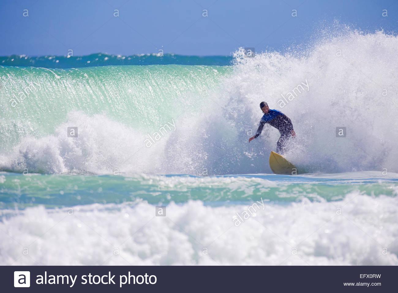 Surfer riding grosse vague Photo Stock
