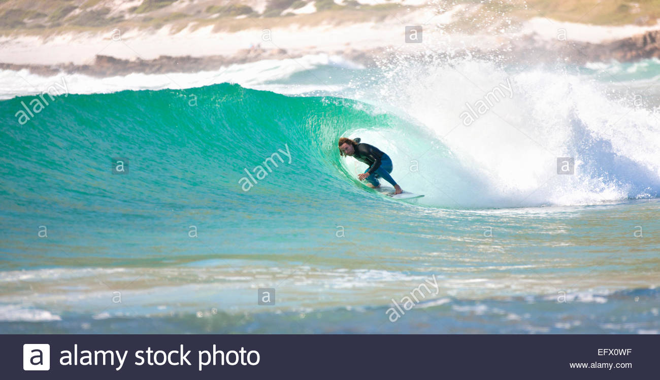 Surf surfeur dans tunnel de grande vague Photo Stock
