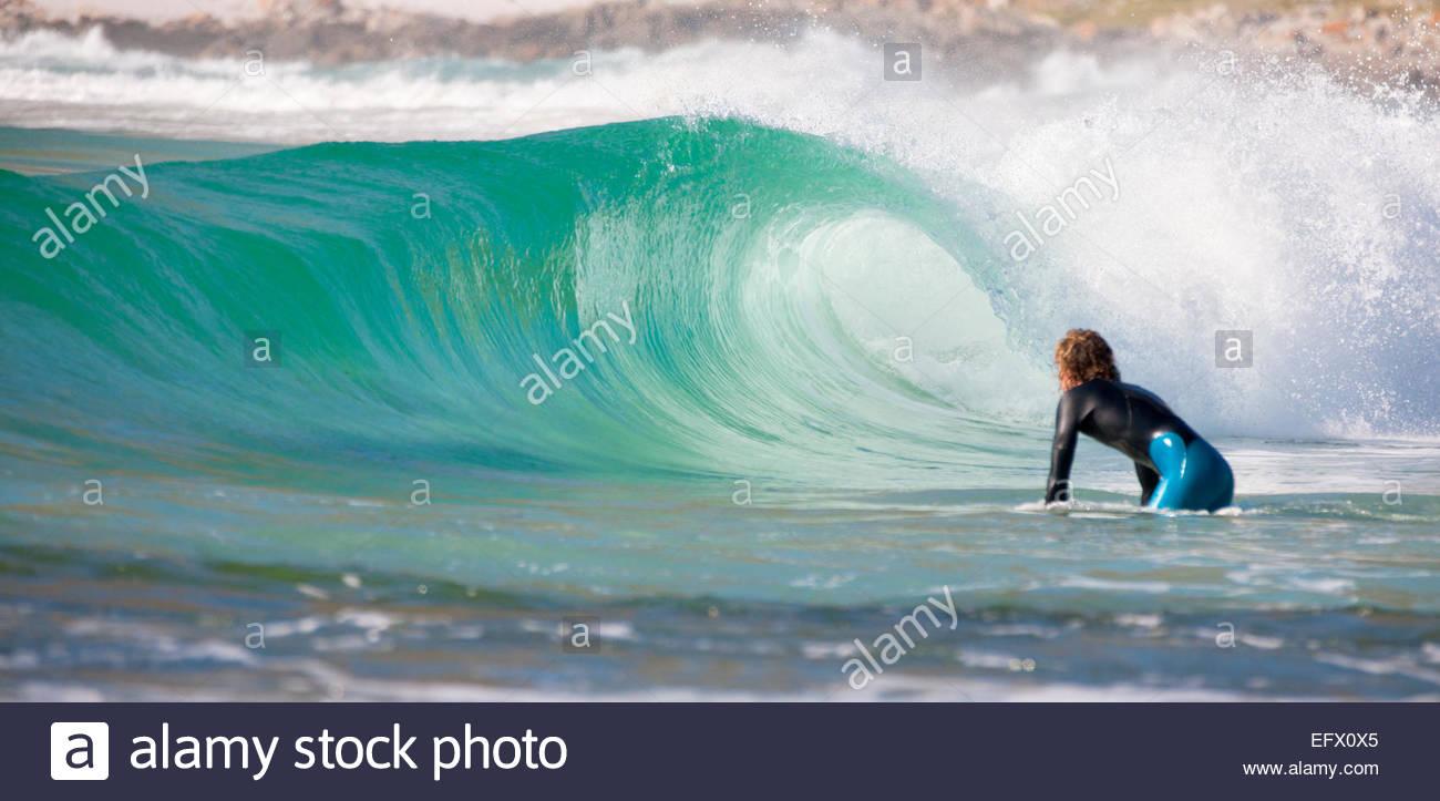 Prêt à Surfer la vague de suspension Photo Stock