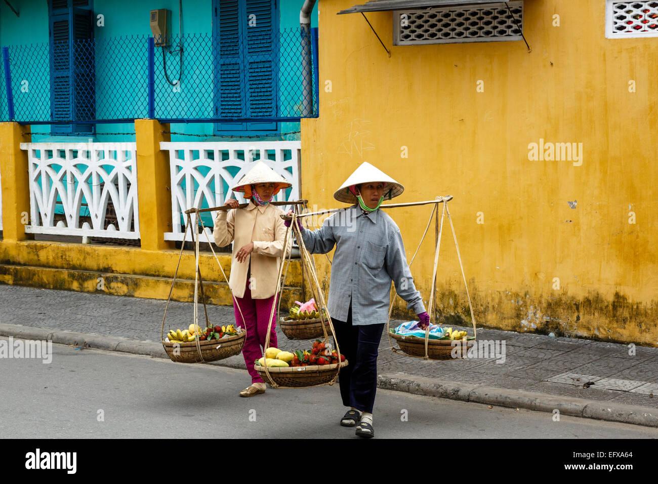 Les femmes portant des paniers, Hoi An, Vietnam. Photo Stock