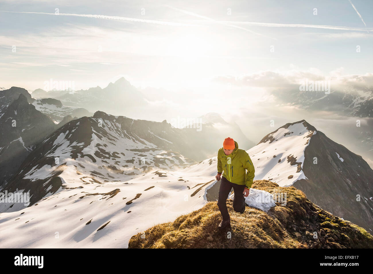 Jeune homme trekker sur la montagne haut de ridge dans Alpes bavaroises, Oberstdorf, Bavière, Allemagne Photo Stock