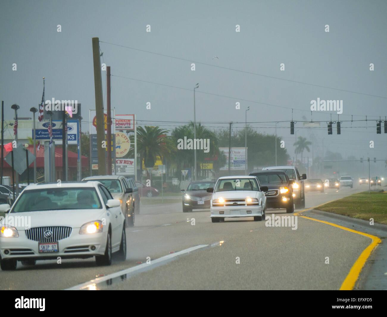 Le trafic sur un jour nuageux pluvieux Photo Stock