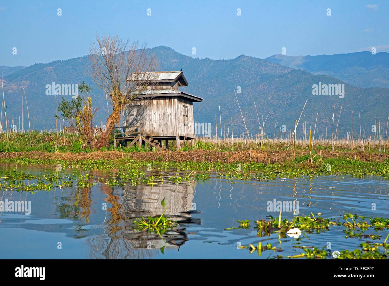 Entrepôt traditionnel en bois sur pilotis dans le lac Inle, Nyaungshwe, Shan State, Myanmar / Birmanie Photo Stock
