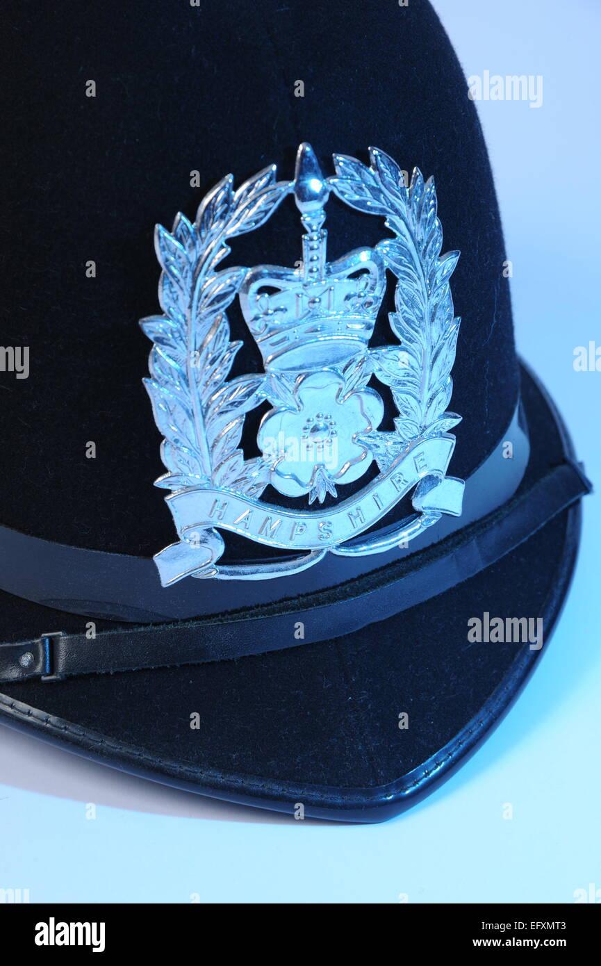 L'uniforme de policier casque avec HAMPSHIRE insigne de police avec remplissage bleu lumière. Photo Stock