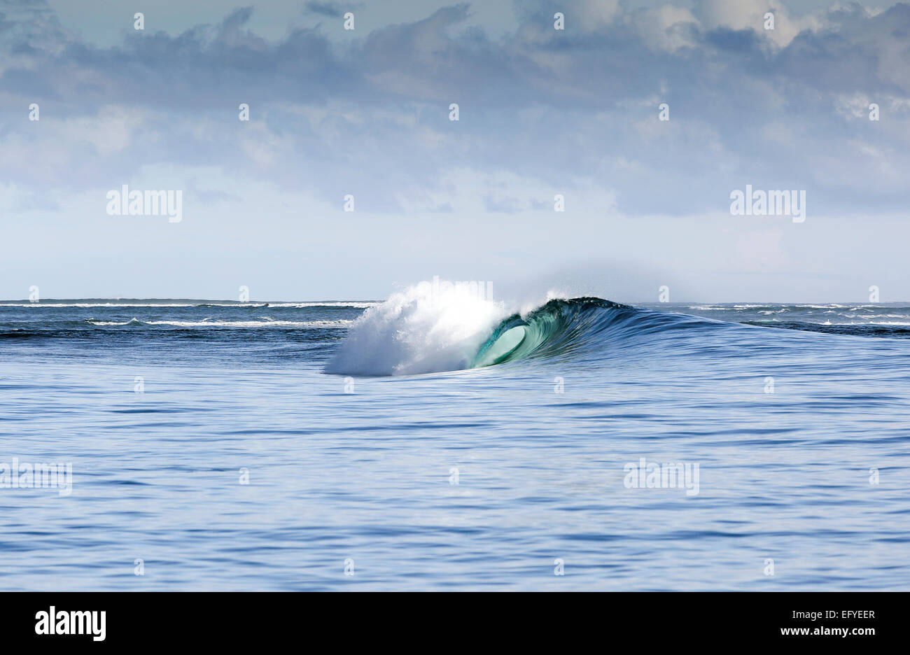 Blue Wave surf dans les Moluques, Indonésie Photo Stock