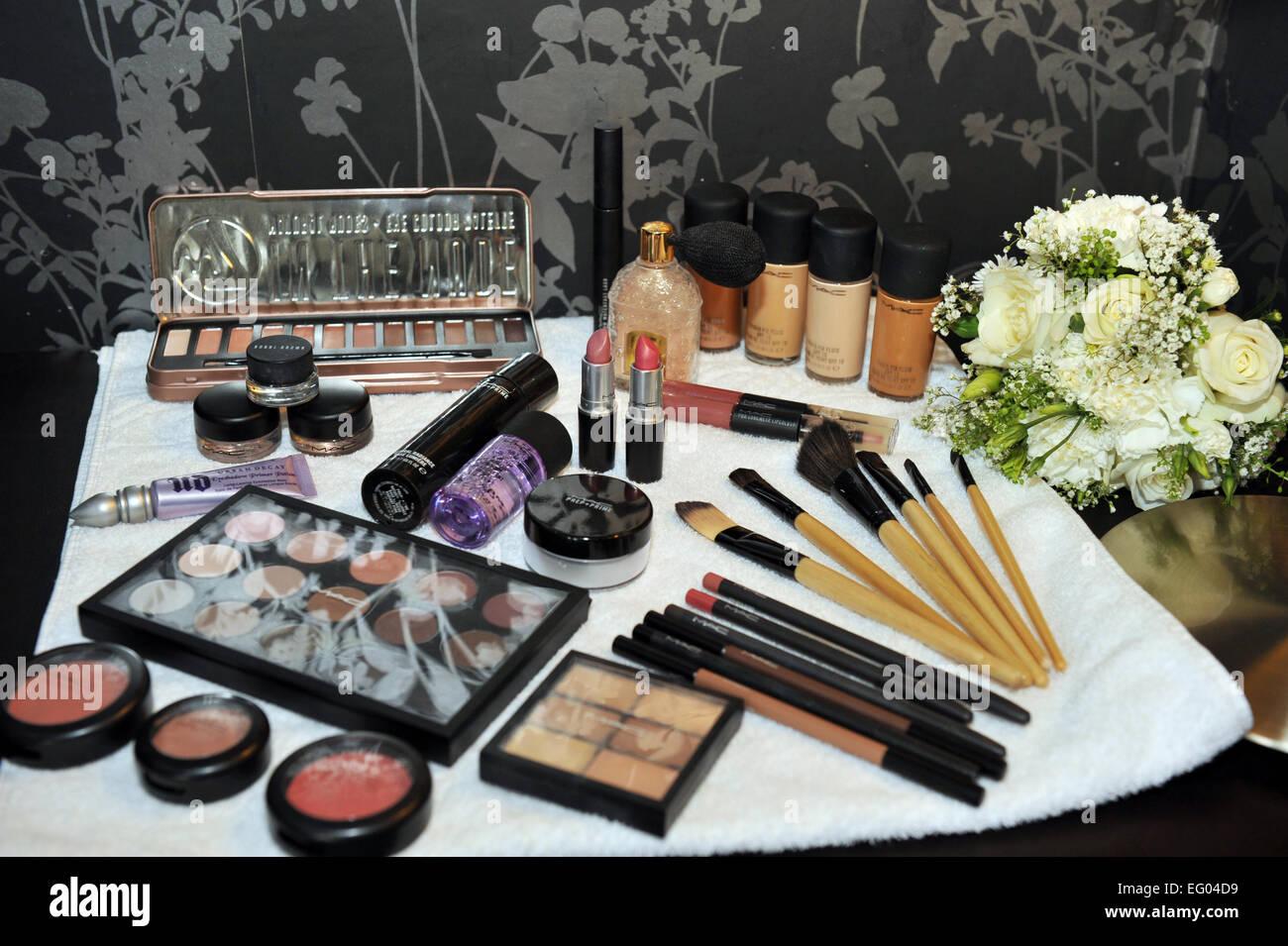 Un miroir à la suite nuptiale préparatifs. Photo Stock