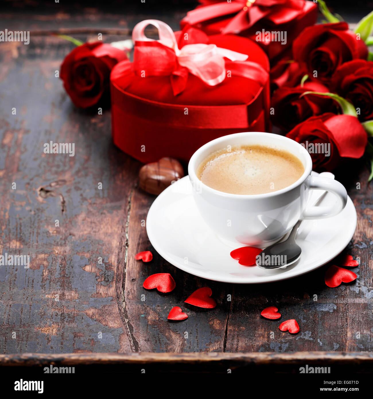 Composition de la Saint-Valentin avec du café, roses et boîte-cadeau sur fond de bois Banque D'Images