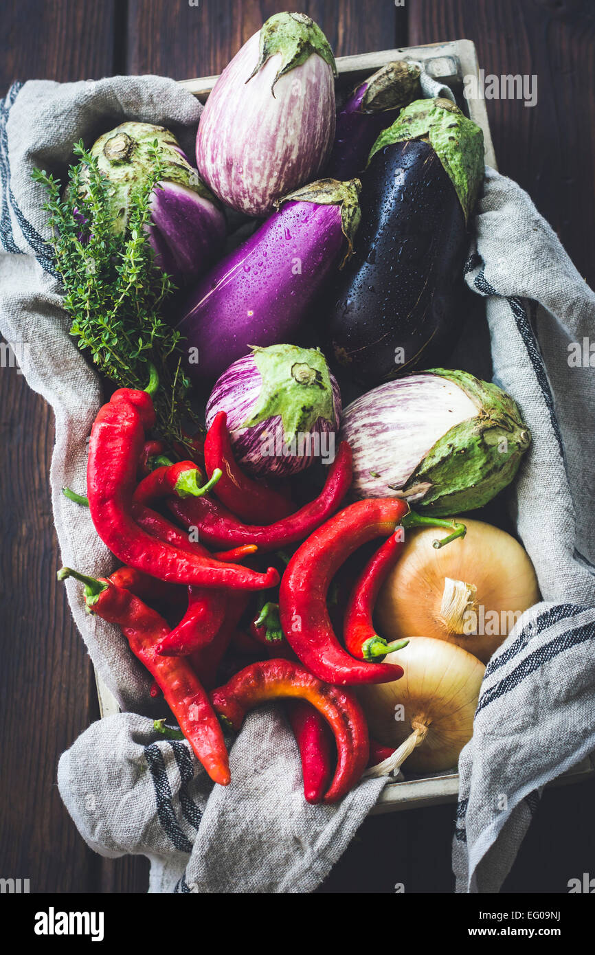 Les légumes d'été dans une caisse Photo Stock