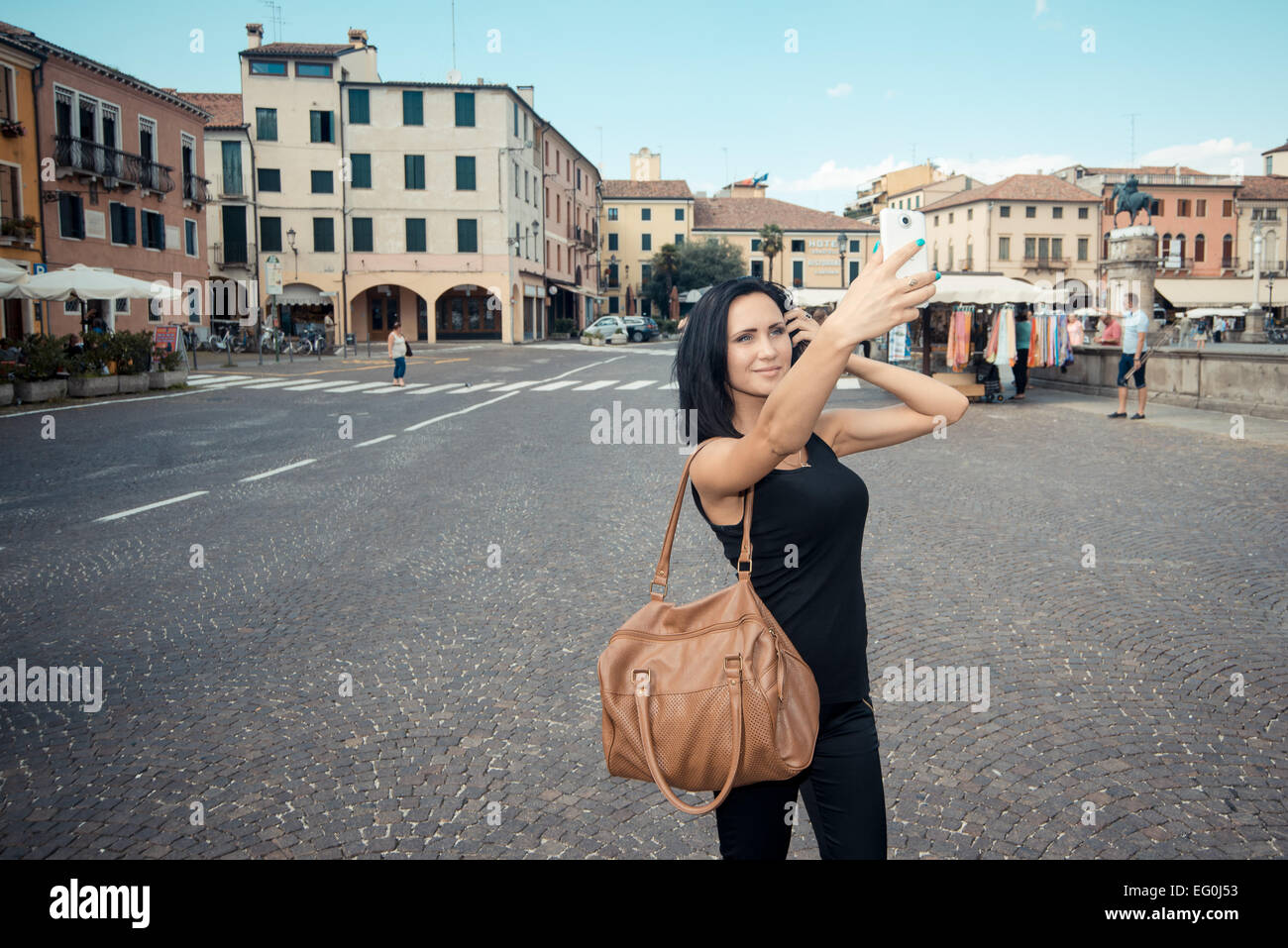 L'Italie, Padoue, young woman taking selfies Photo Stock