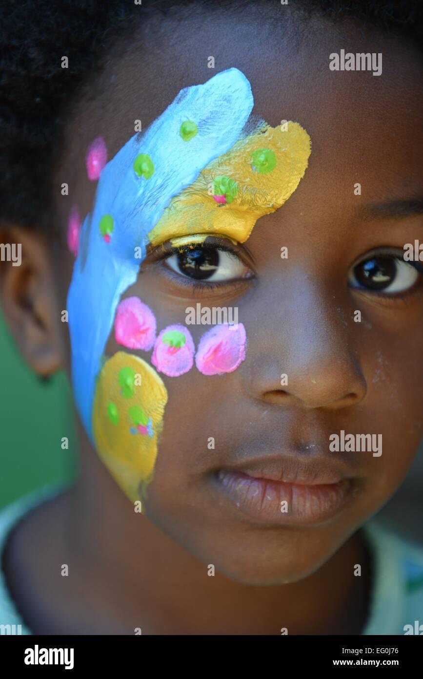 Portrait d'une fille avec de la peinture pour le visage Banque D'Images
