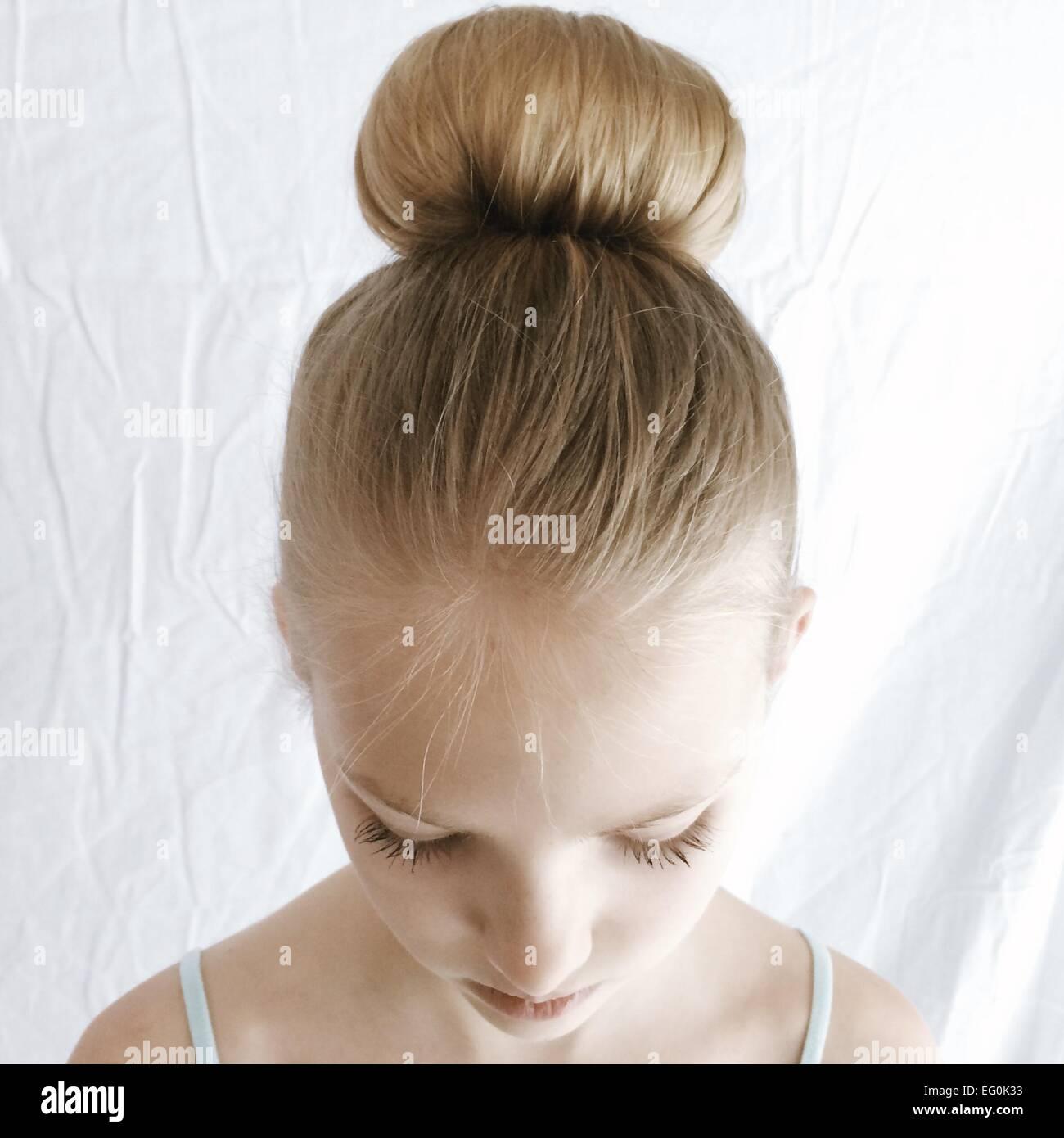 Portrait d'une fille aux cheveux d'un chignon à la bas Photo Stock