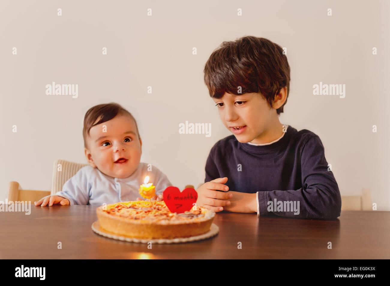 Frères et sœurs (de 6 à 12 mois, 4-5) celebrating birthday Photo Stock