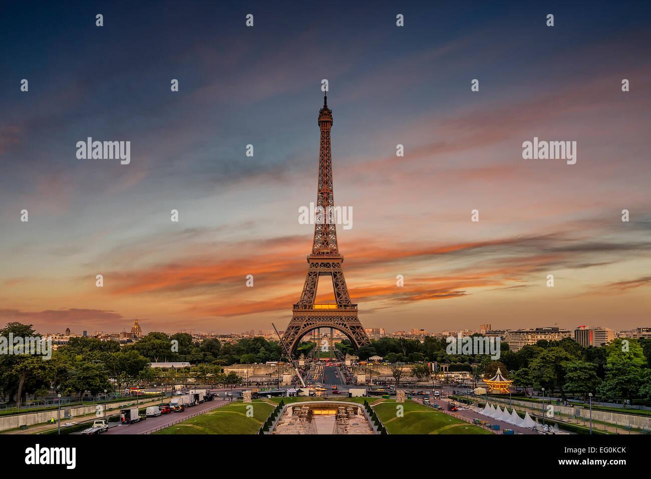 France, Paris, Tour Eiffel contre moody sky Photo Stock