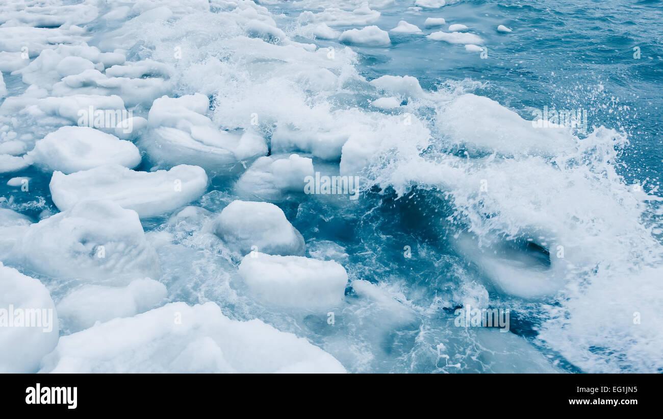 Icebergs de glace flottant sur un océan gelé en Alaska. Photo Stock