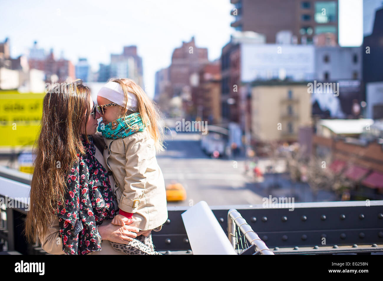 Adorable petite fille et mère profiter journée ensoleillée sur High Line à New York Photo Stock
