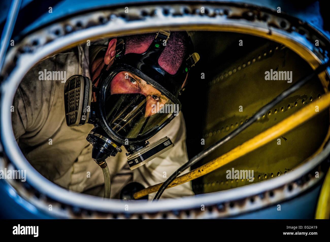 Navigant de première classe Nicholas McKinney se prépare à être extraites de l'intérieur Photo Stock