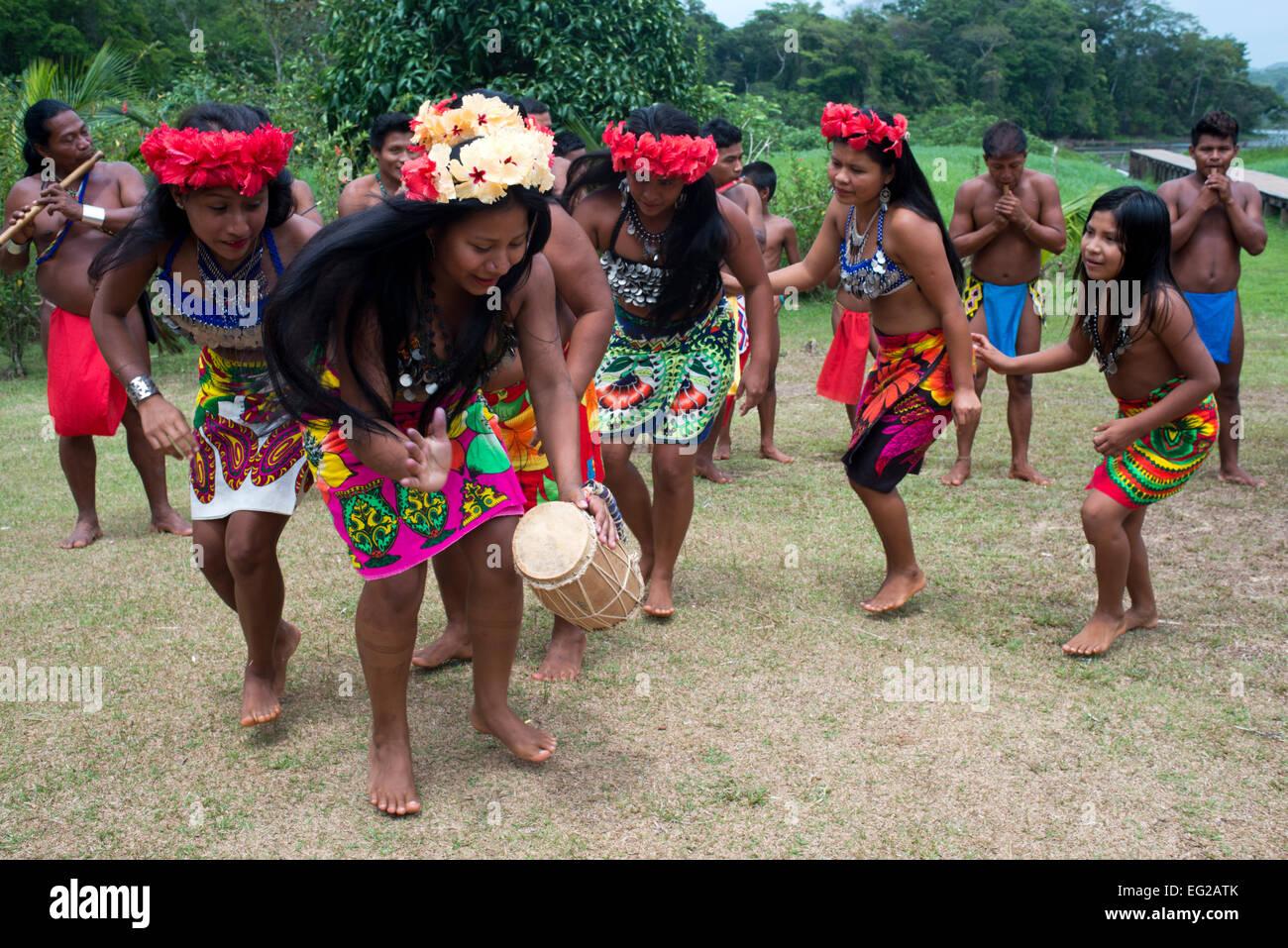 De la musique et de la danse dans le village des Indiens ...
