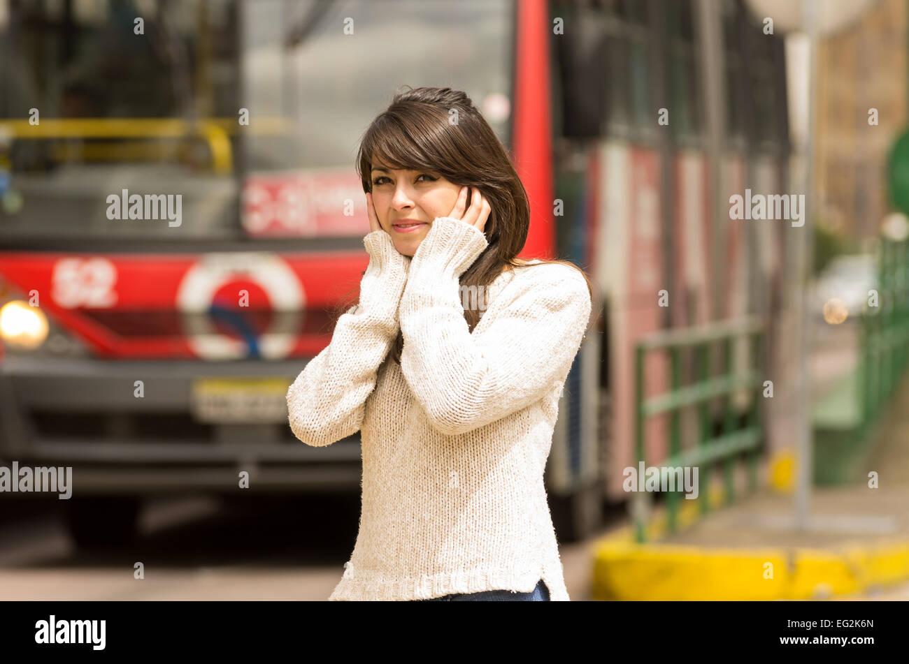 Femme marche sur la ville rue couvrant ses oreilles concept de la pollution sonore Photo Stock