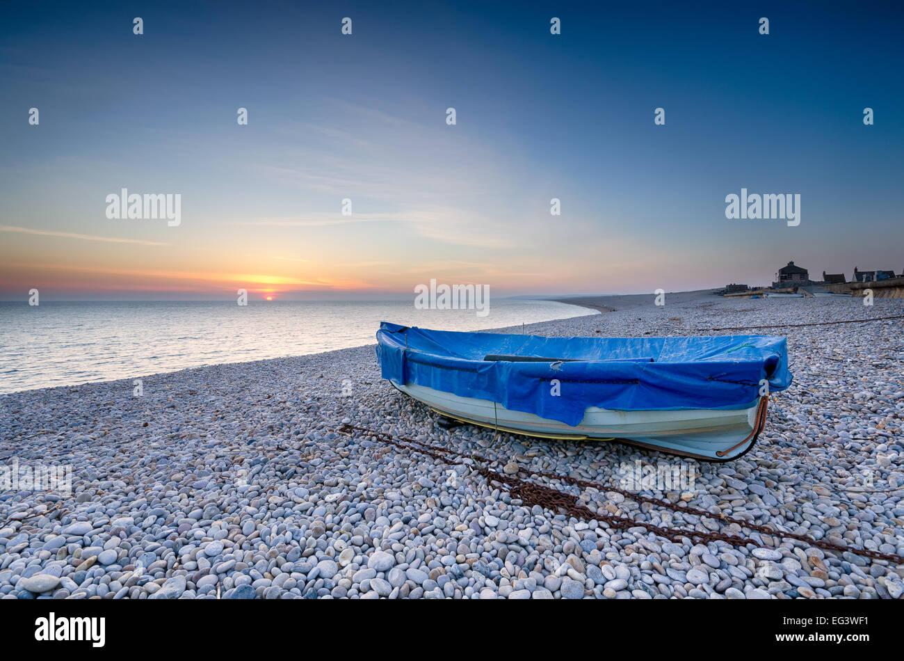Bateau de pêche sur la plage de Chesil à Portland, Dorset Photo Stock