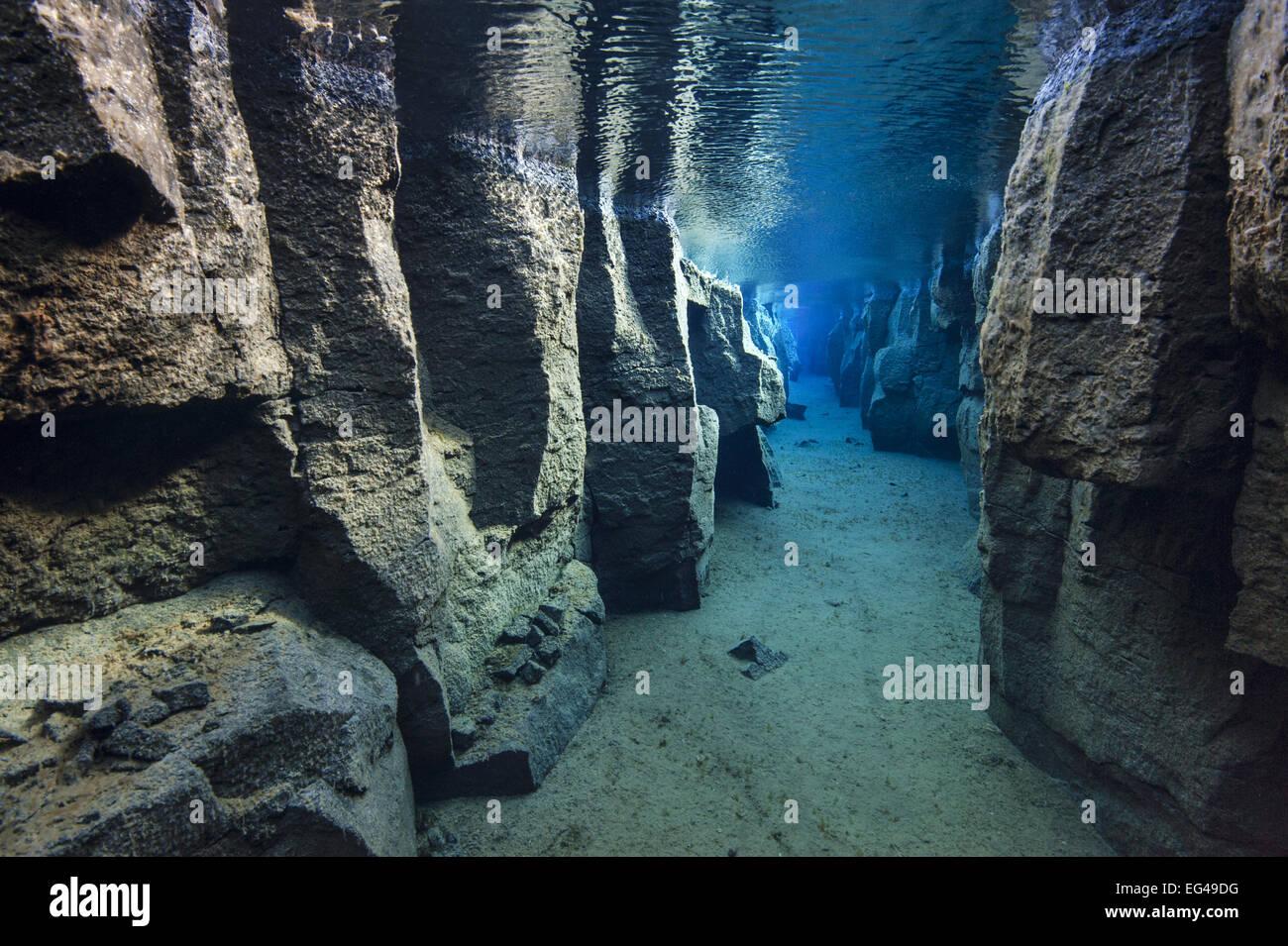 L'étroit canyon Nes problème rempli d'eau douce dans la vallée du rift entre les plaques Photo Stock