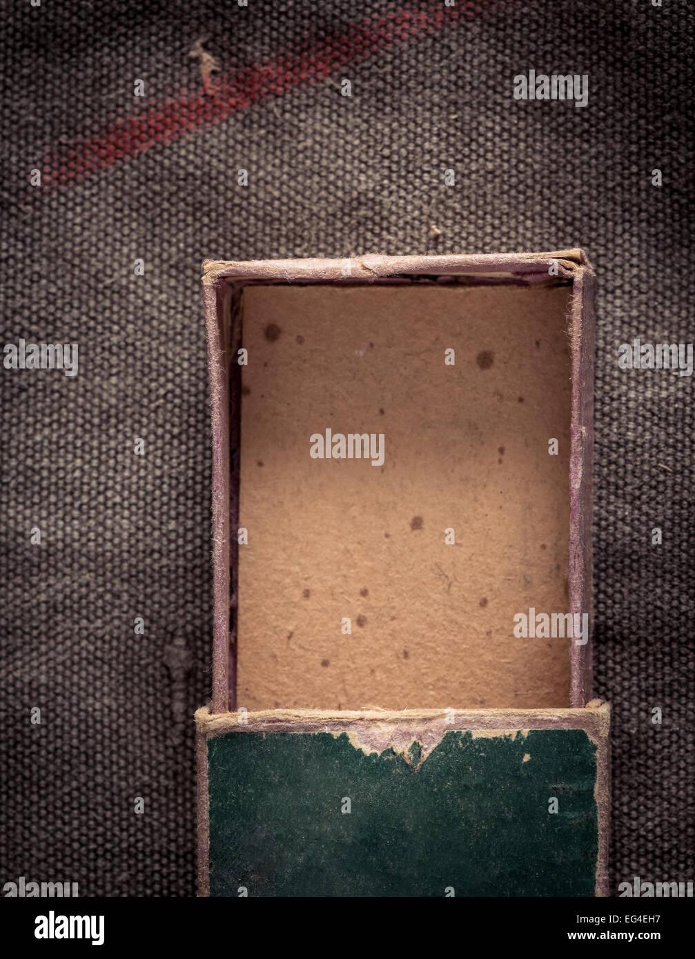 Vue de dessus de l'ouverture et à l'ancienne boîte de papier vide. Photo Stock