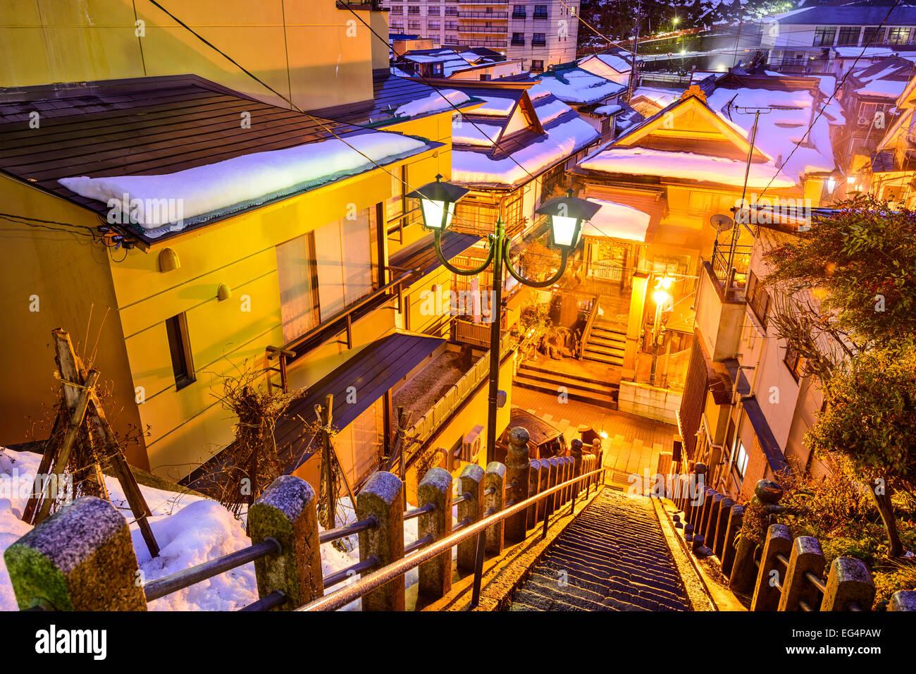 Shibu Onsen, Nagano, Japon ancien escalier allée voir dans la nuit. Photo Stock