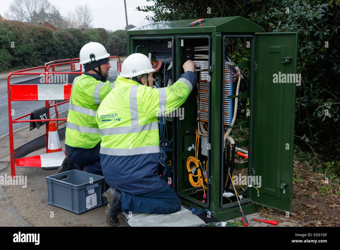 BT Openreach ingénieurs travaillant sur une connexion internet cabinet fibre dans la rue Photo Stock