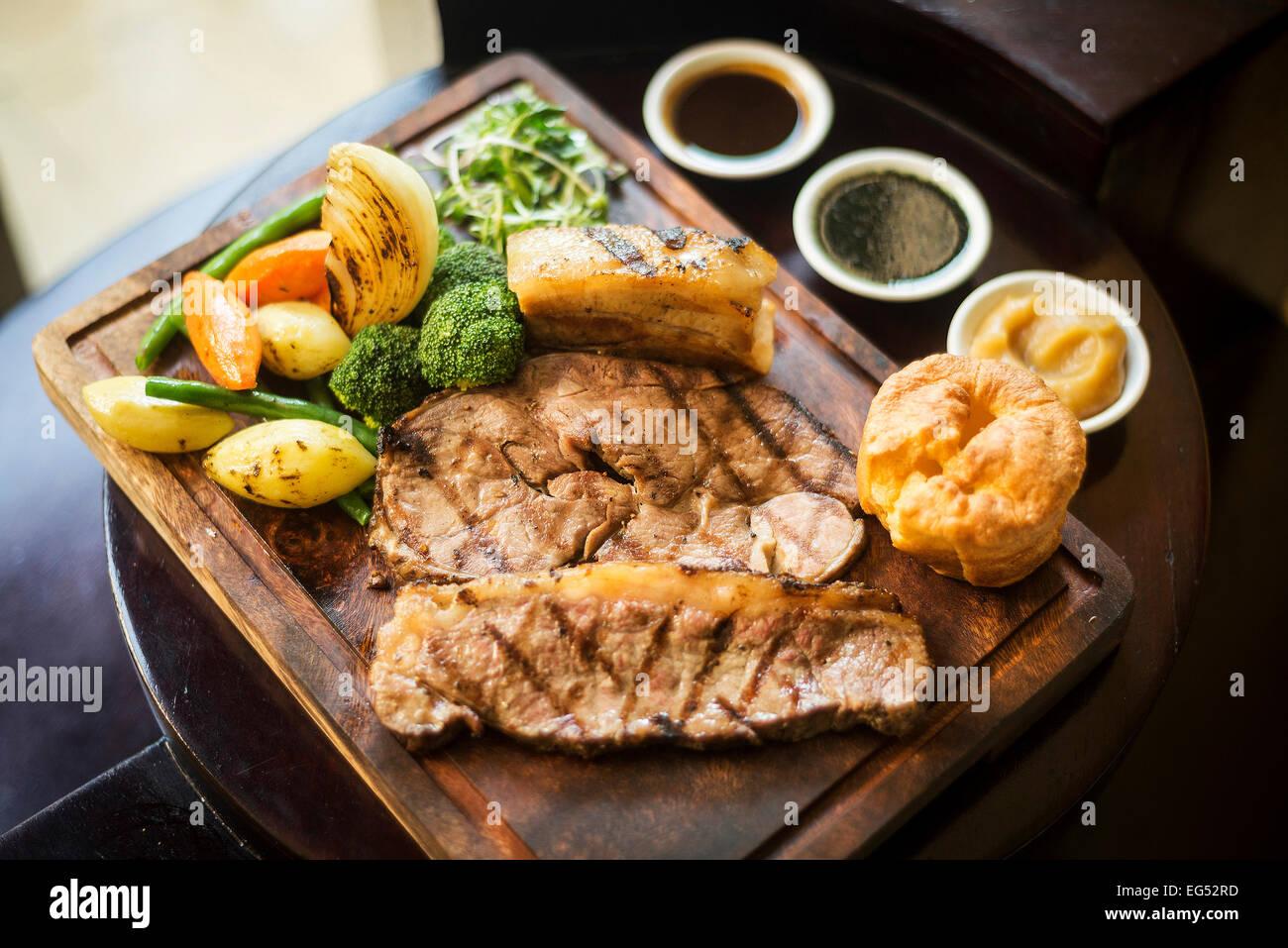 Cuisine traditionnelle anglaise Sunday Roast déjeuner dans restaurant confortable pub Photo Stock