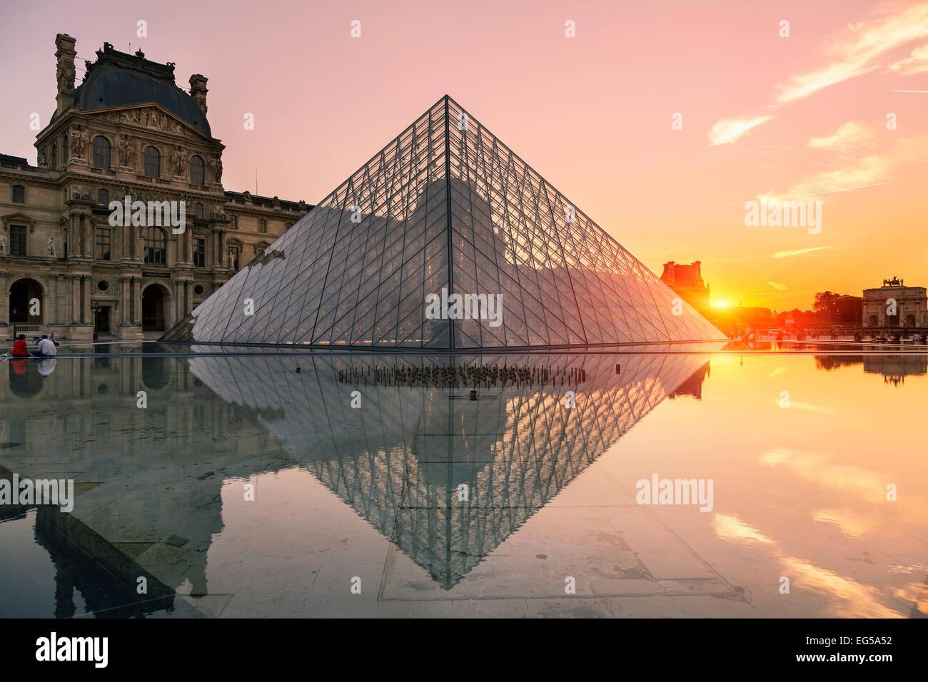 Paris, la pyramide du Louvre au coucher du soleil Photo Stock