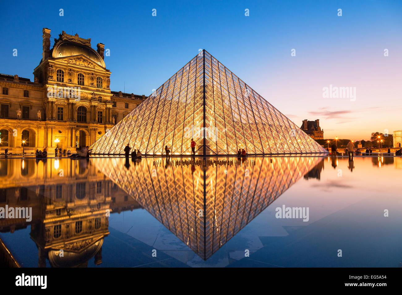 Paris, la pyramide du Louvre au crépuscule Photo Stock
