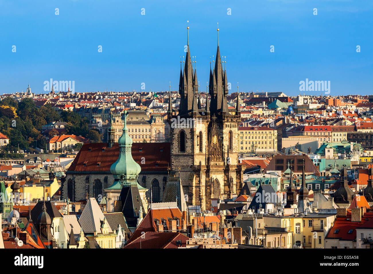 Toits de Prague au crépuscule avec l'église de Tyn Photo Stock