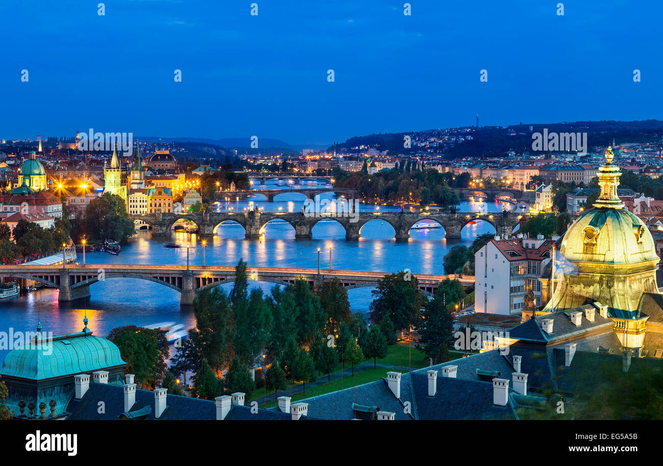 Plus de Vltava et le pont Charles et les ponts de Prague. Photo Stock