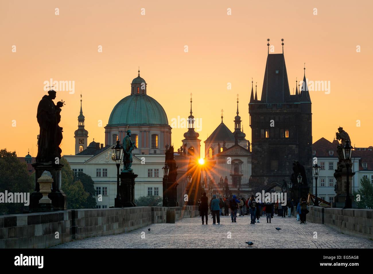 Prague, le pont Charles au lever du soleil Photo Stock