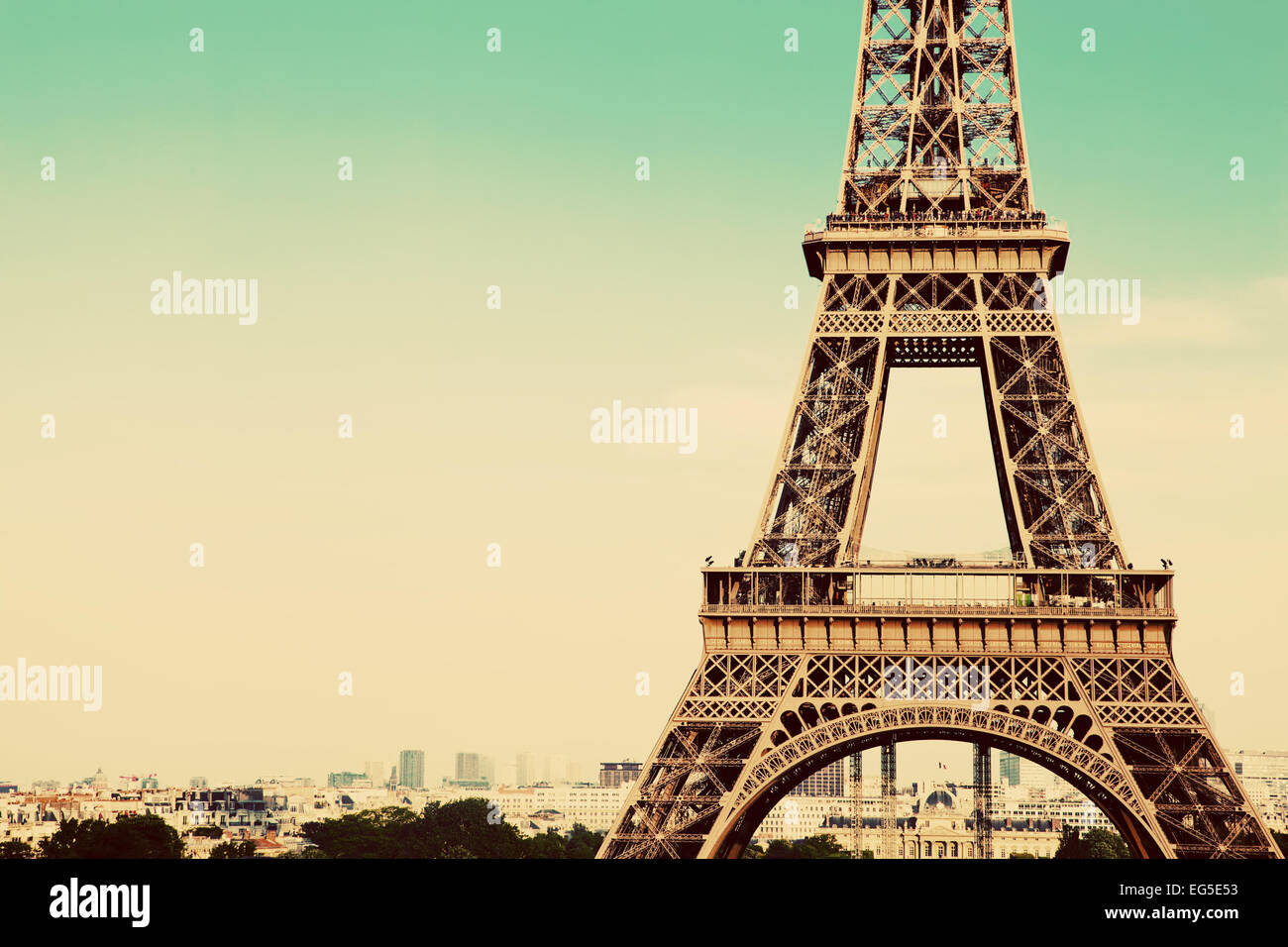 Au milieu de la partie de la Tour Eiffel, la ville en arrière-plan, Paris, France. Vintage, retro style Photo Stock