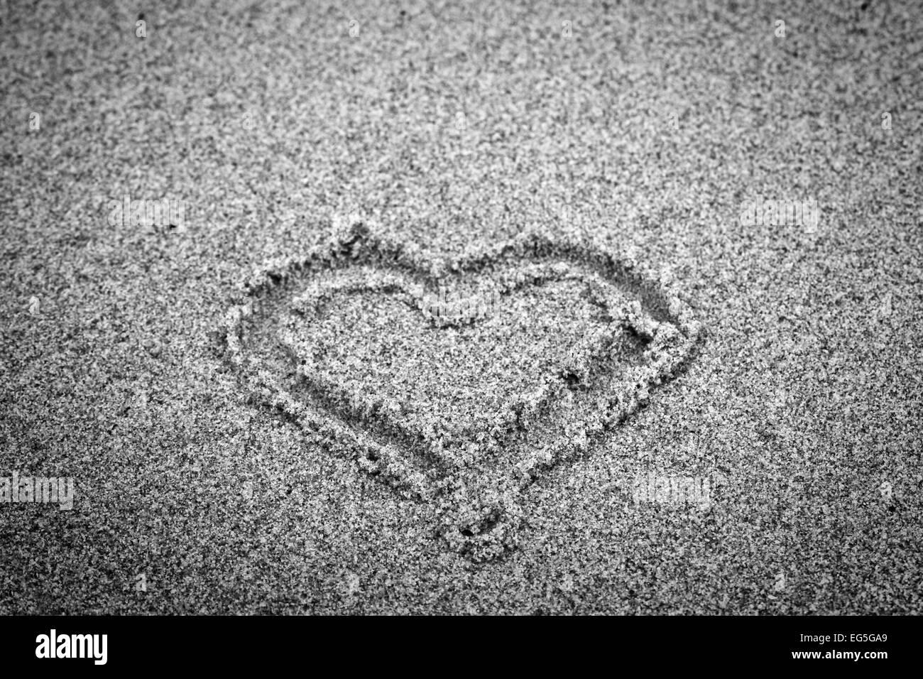 forme de coeur sur le sable romantique noir et blanc la main banque d 39 images photo stock. Black Bedroom Furniture Sets. Home Design Ideas