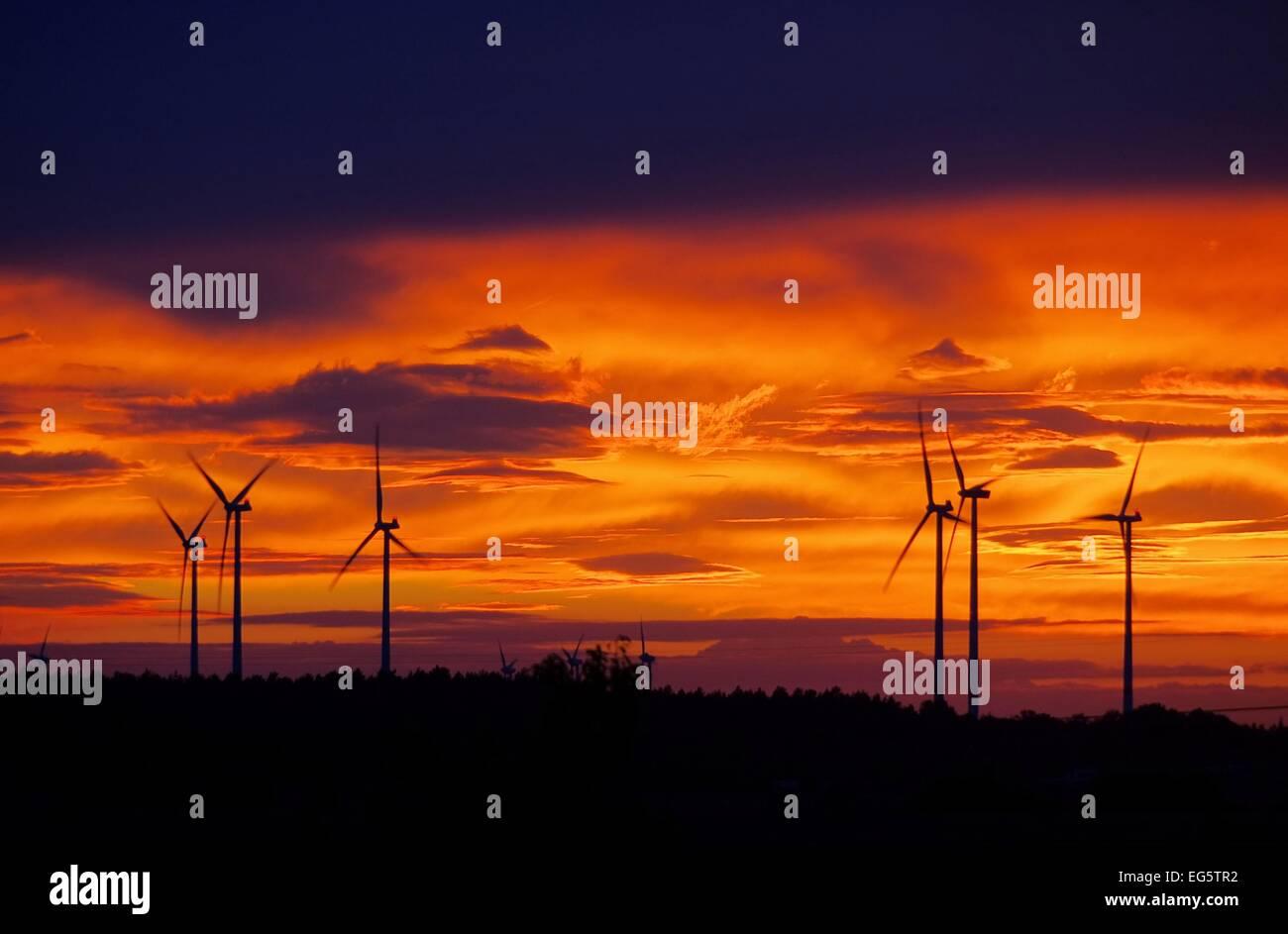 Windrad Sonnenuntergang - wind turbine sunset 01 Photo Stock