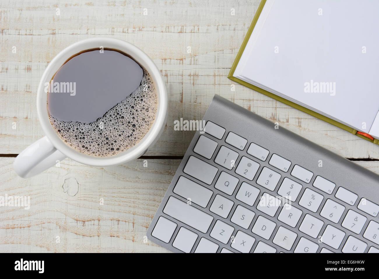 Passage tiré dun tasse de café fraîchement moulu un livre ouvert