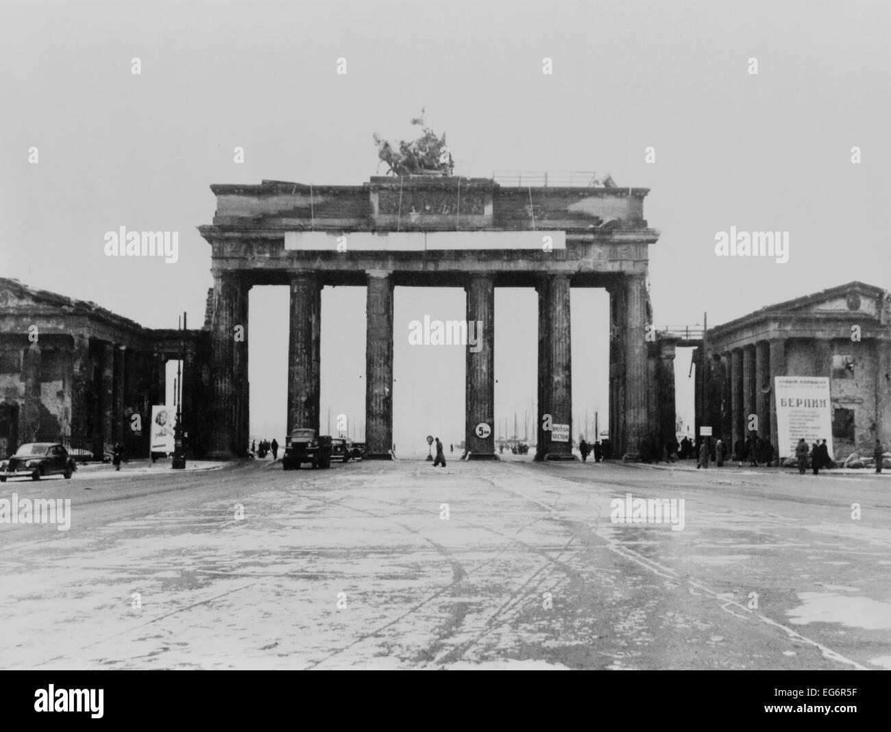 Conduite à travers la Porte de Brandebourg, après la Seconde Guerre mondiale 2. Berlin, Allemagne. Ca. Photo Stock