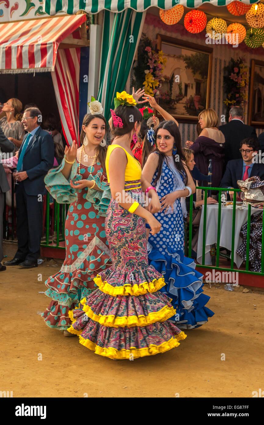 Séville, ESPAGNE - Avril 26: Les femmes qui exécutent la danse sévillane à la foire d'Avril Photo Stock