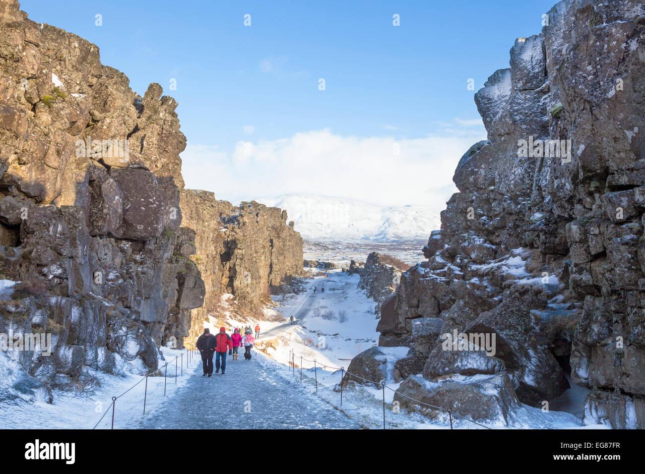 Les touristes dans la gorge d'Allmannagja Parc national de Þingvellir en hiver Islande Europe Photo Stock
