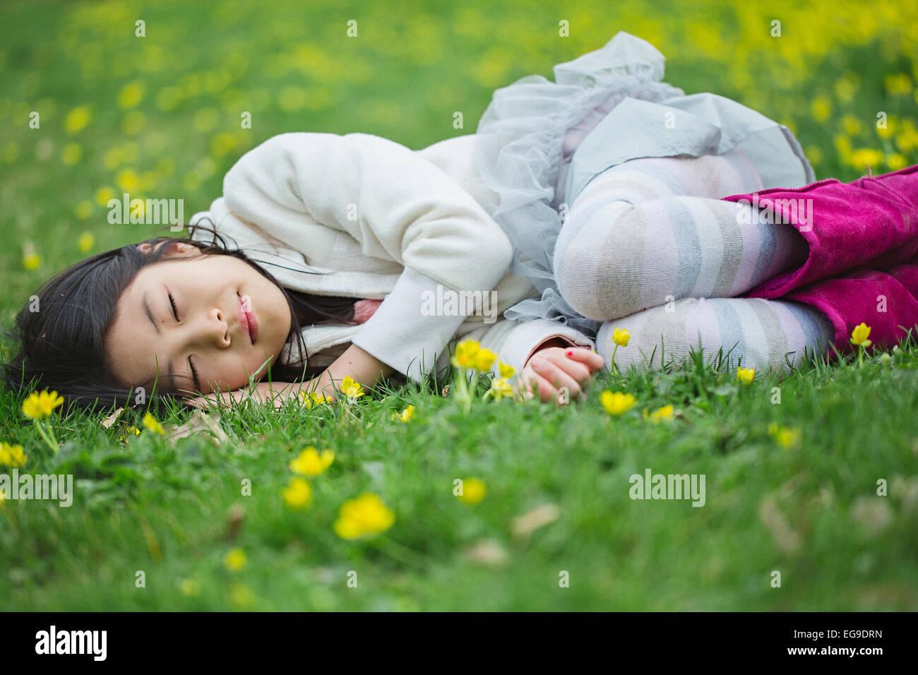 Girl (8-9) portant sur l'herbe Photo Stock