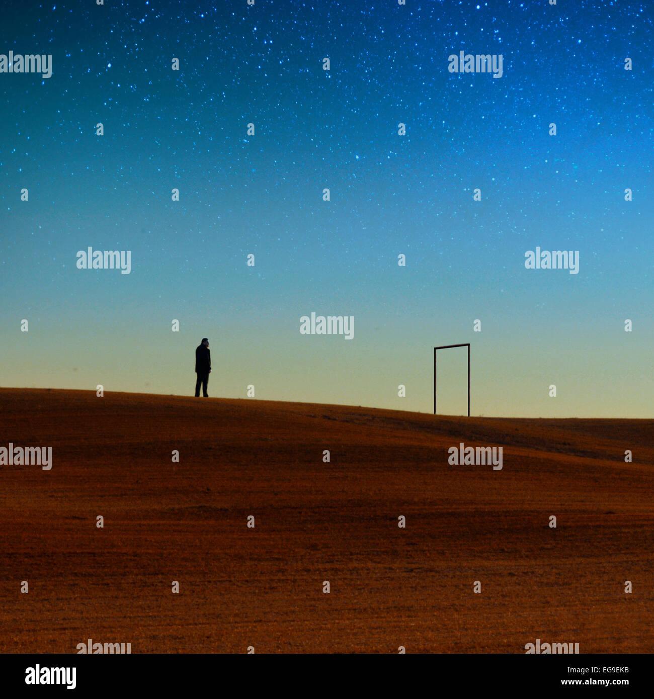 Silhouette de l'homme contre le ciel de nuit Photo Stock
