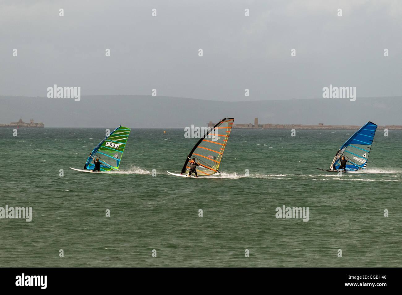 La planche à voile dans la baie de Weymouth dorset Photo Stock