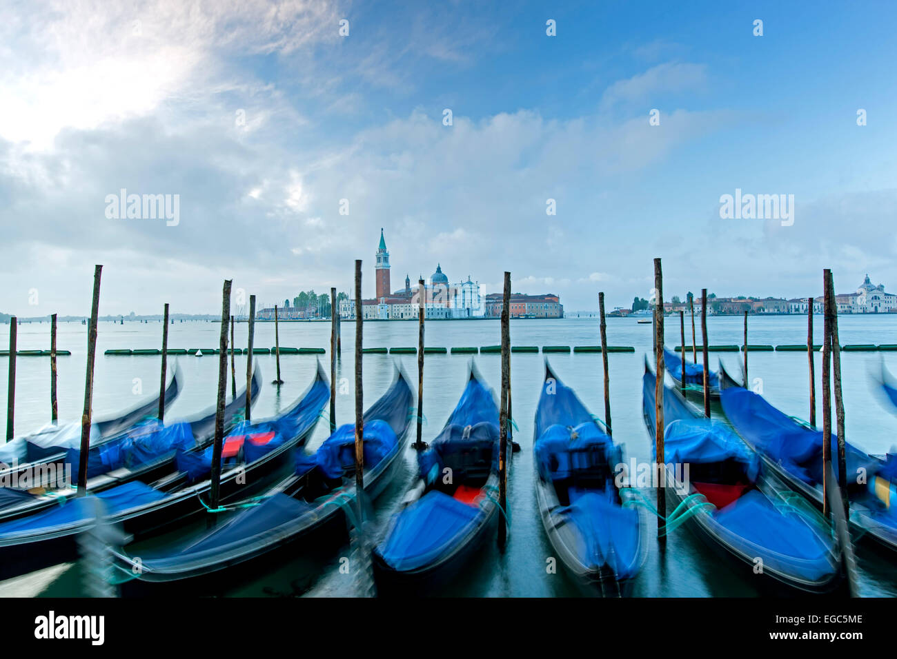 Les gondoles et San Giorgio Maggiore, à Venise, Italie Photo Stock