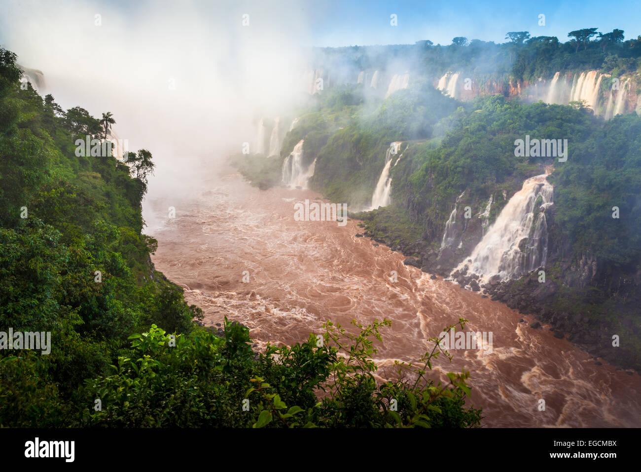 Chutes d'Iguaçu sont les cascades de la rivière Iguazu à la frontière de l'Argentine Photo Stock